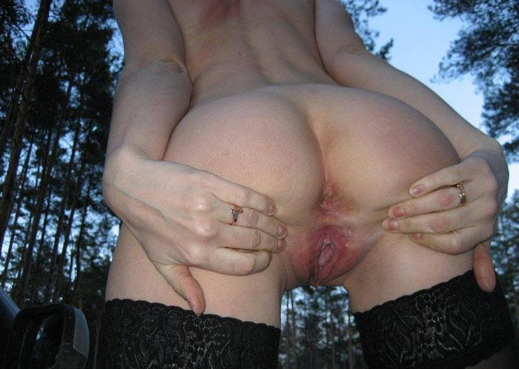 Деваха подставляет парню киску для ласк руками - секс порно фото