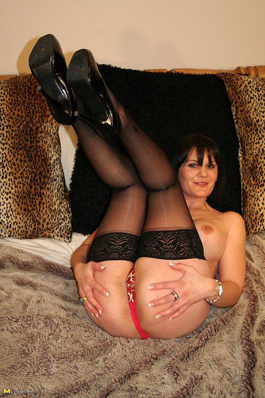 Зрелая домохозяйка раздевается в спальне оставаясь в чулках - секс порно фото