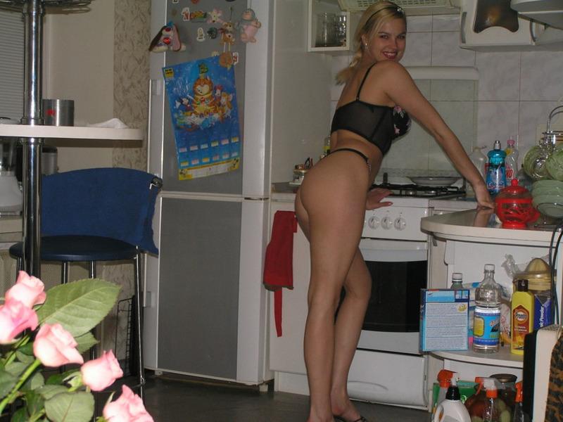 18 летняя куколка возбуждает парня стриптизом перед минетом дома - секс порно фото