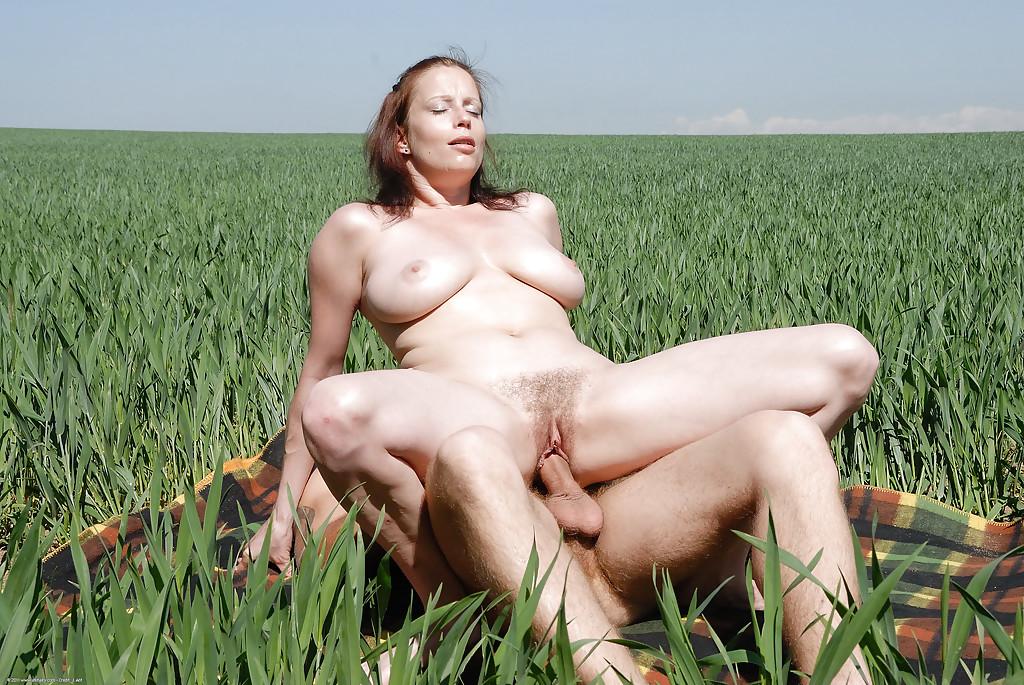 Грудастая блудница Carol трахается с мужиком в поле - секс порно фото