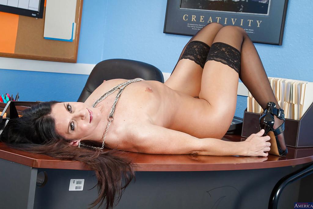 Немецкая училка в чёрных чулках раздевается в кабинете - секс порно фото