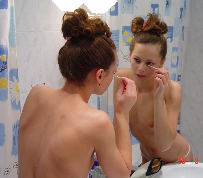 Бойфренд фотографирует голую подружку делающую макияж - секс порно фото