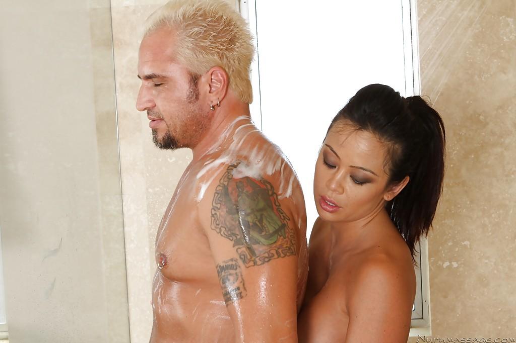 Грудастая азиатка делает мыльный массаж переходящий в секс блондину - секс порно фото