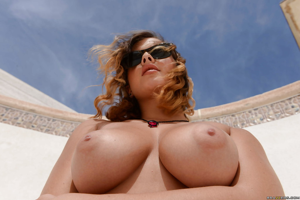 Грудастая скейтерша Keisha мастурбирует на дне бассейна - секс порно фото