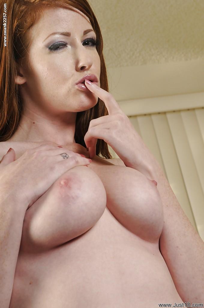 Грудастая красотка мастурбирует рыжую киску у дивана - секс порно фото