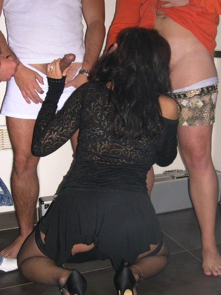 Три мужика шпилят тёлку в чёрных чулках на СТО - секс порно фото