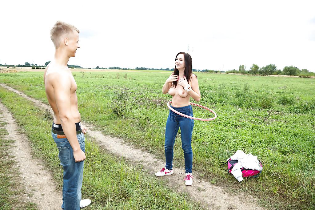 Парень шпилит сельскую шмару на природе - секс порно фото