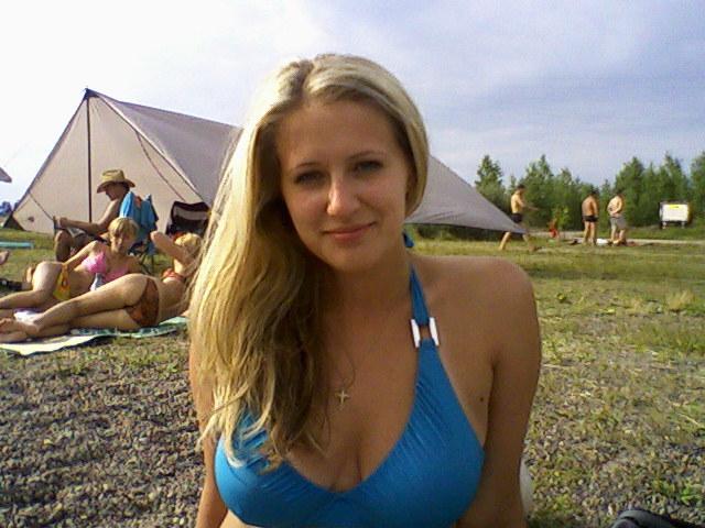 Девица с большими дойками голой позирует в ванной - секс порно фото