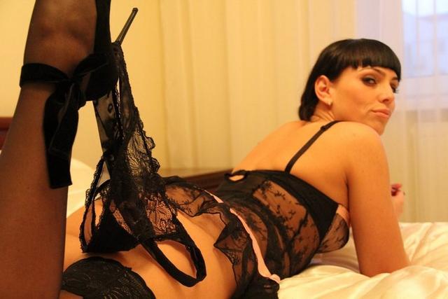 Похотливые любовницы дразнят мужиков бритыми кисками - секс порно фото