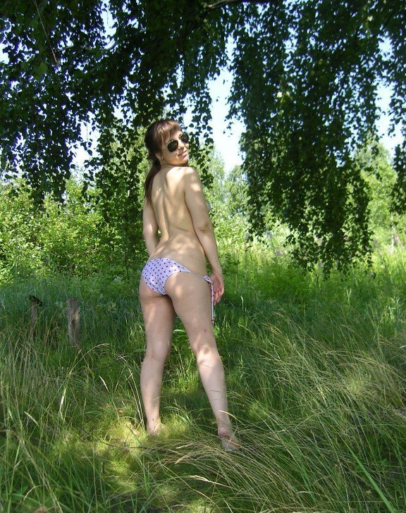 Голая деваха позирует перед парнем на берегу речки - секс порно фото