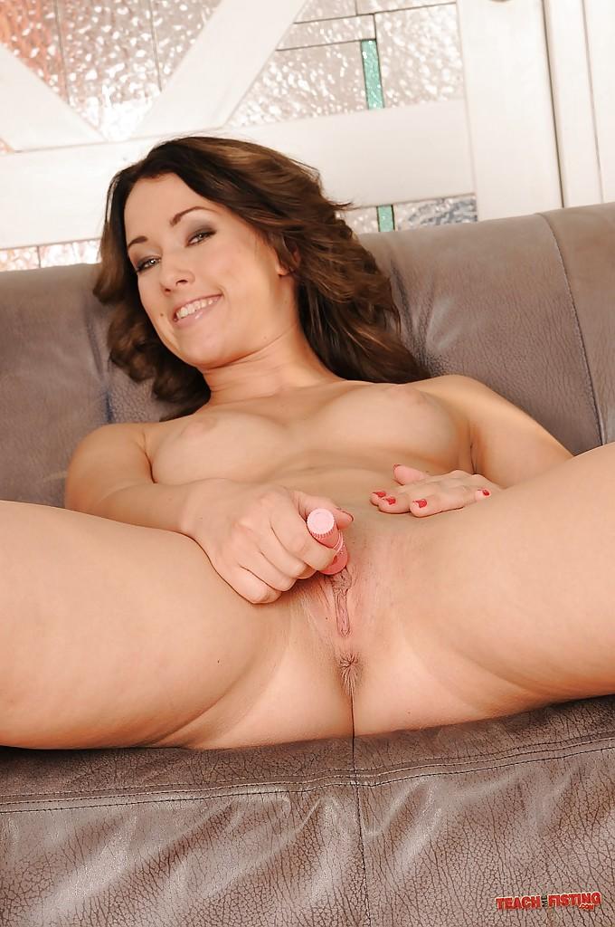 Длинноногая красавица мастурбирует голышом вибратором на диванев - секс порно фото