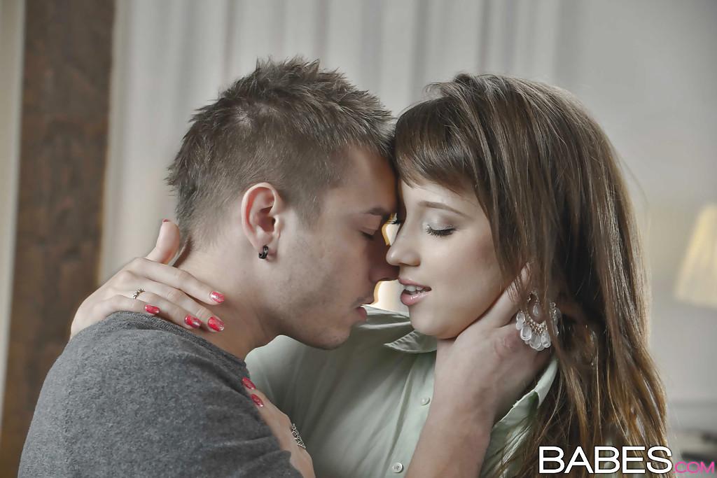 Бойфренд жарит в анал русскую подругу с маленькими сиськами - секс порно фото