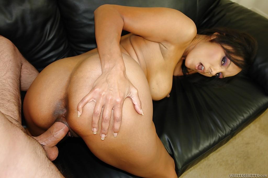 Загорелая мамаша Anjanette Astoria трахается с парнем на диване - секс порно фото
