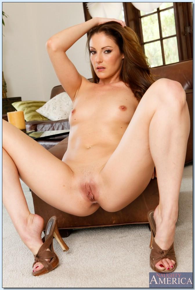 Одинокая домохозяйка мастурбирует на диване - секс порно фото