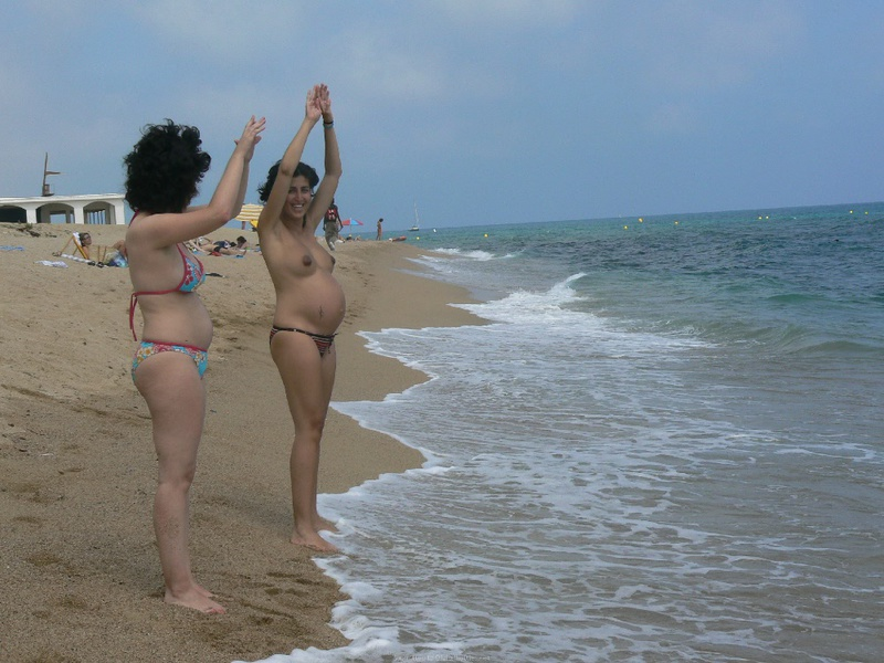 Прохожий фотографирует на пляже загорающих топлес туристок - секс порно фото