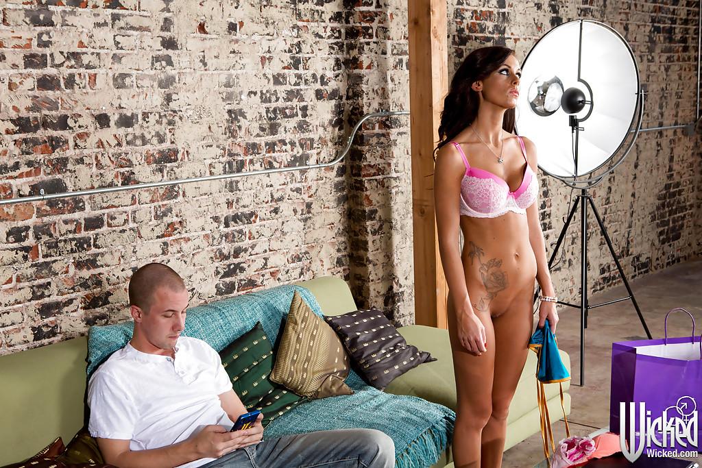 Грудастая красотка Whitney Westgate отсасывает большой член на кастинге - секс порно фото