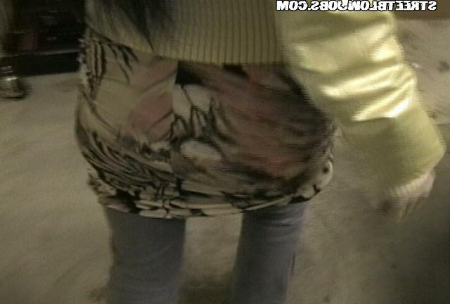 Турист ебёт в рот и киску на кровати худощавую азиатку - секс порно фото