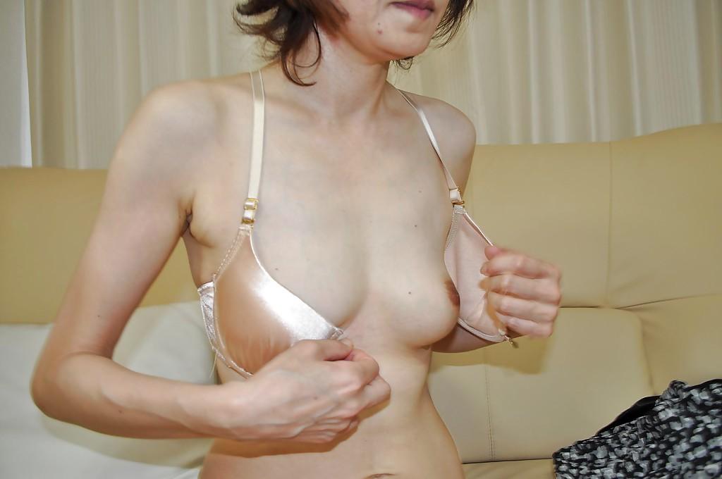Японская мамаша Takako Kumagaya раздевается на диване - секс порно фото