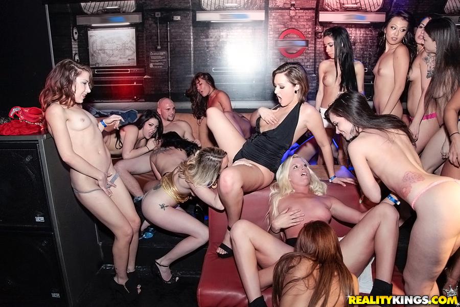 Развратные девицы устроили оргию на девичнике - секс порно фото