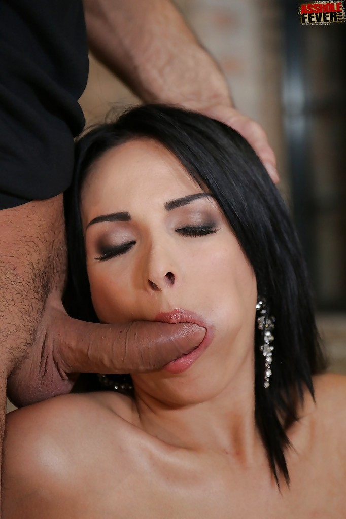 После анального траха брюнетка с сочными формами получает двойное проникновение - секс порно фото