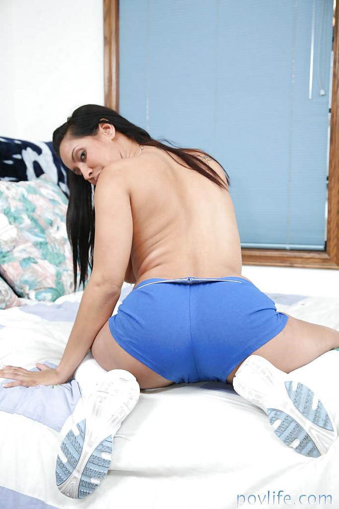 Брюнетка снимает спортивный костюм после тренировки - секс порно фото