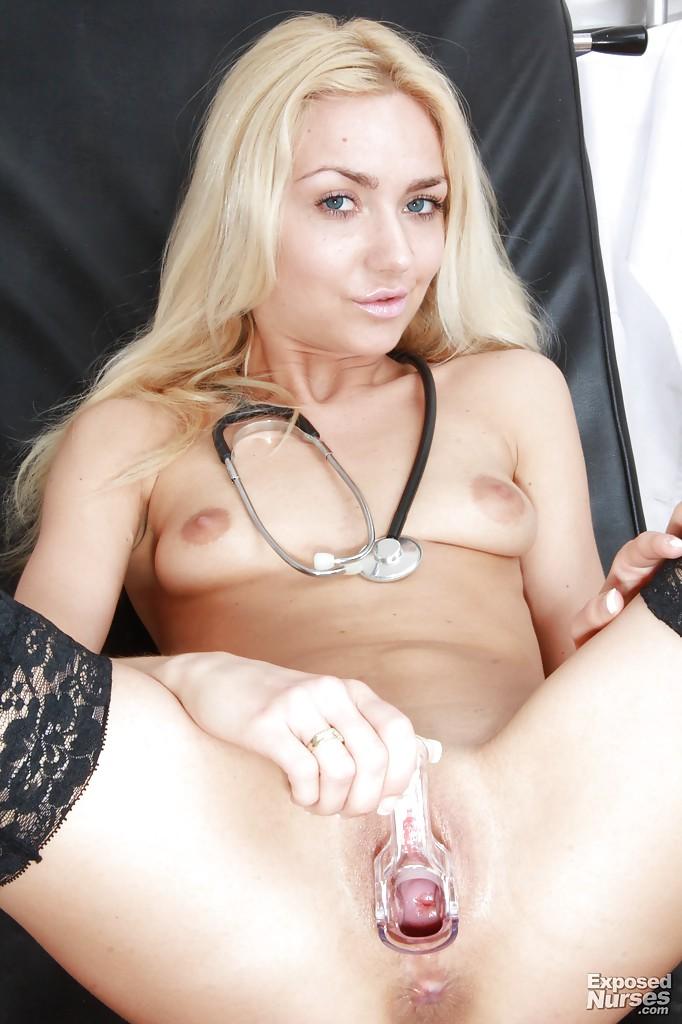Чешская медсестра Victoria Puppy раздвигает киску на гинекологическом кресле - секс порно фото