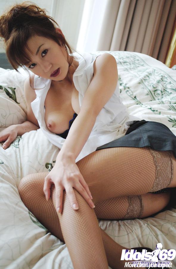Азиатская малышка Mako Katase раздевается в спальне - секс порно фото