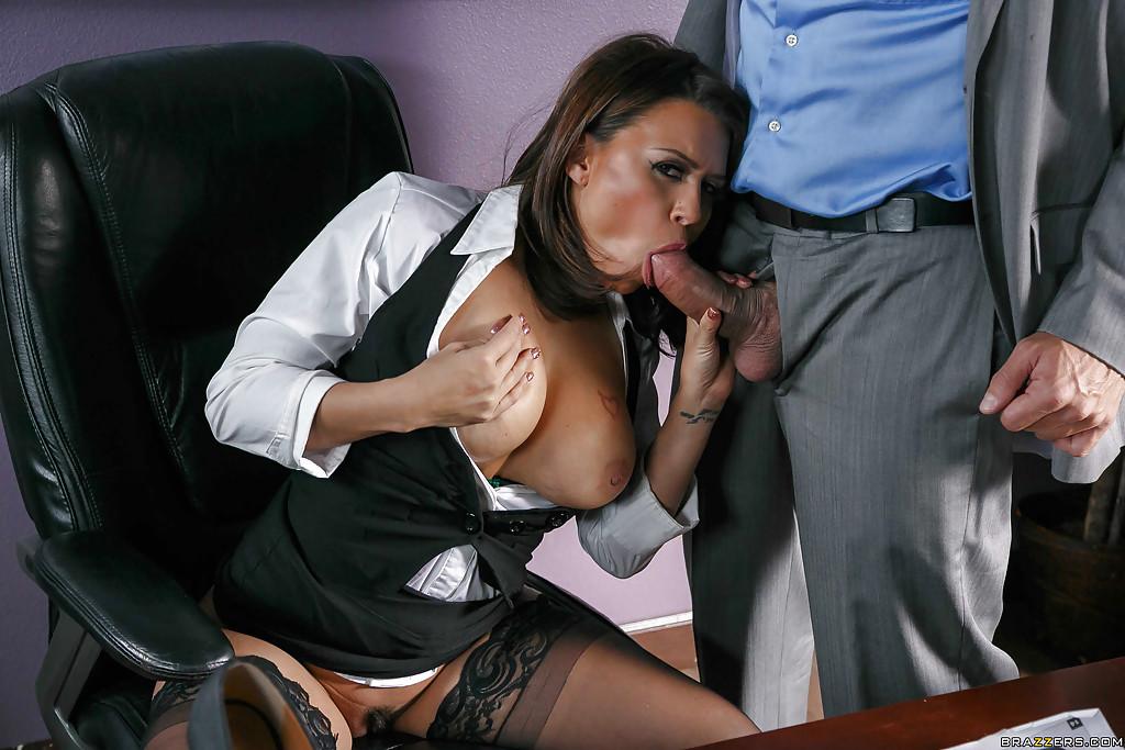 Латинская секретарша Eva Angelina отсасывает начальнику в кабинете - секс порно фото