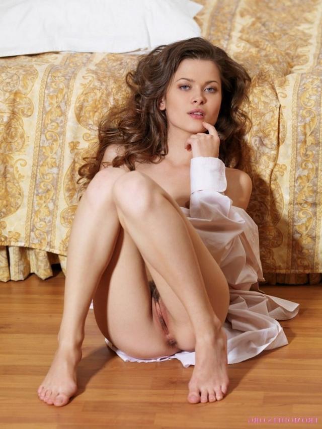 Худощавая цыпочка лежит голышом на полу спальни - секс порно фото