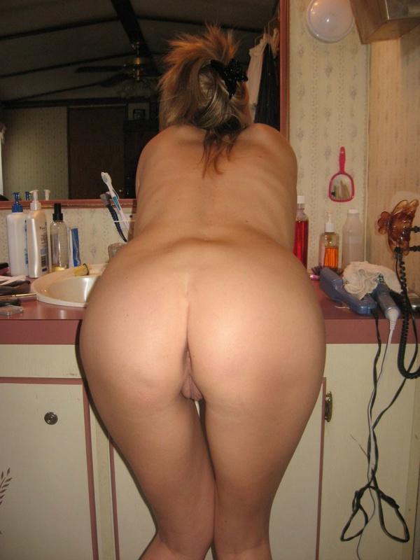 Парень фотографирует голую девушку в ванной - секс порно фото