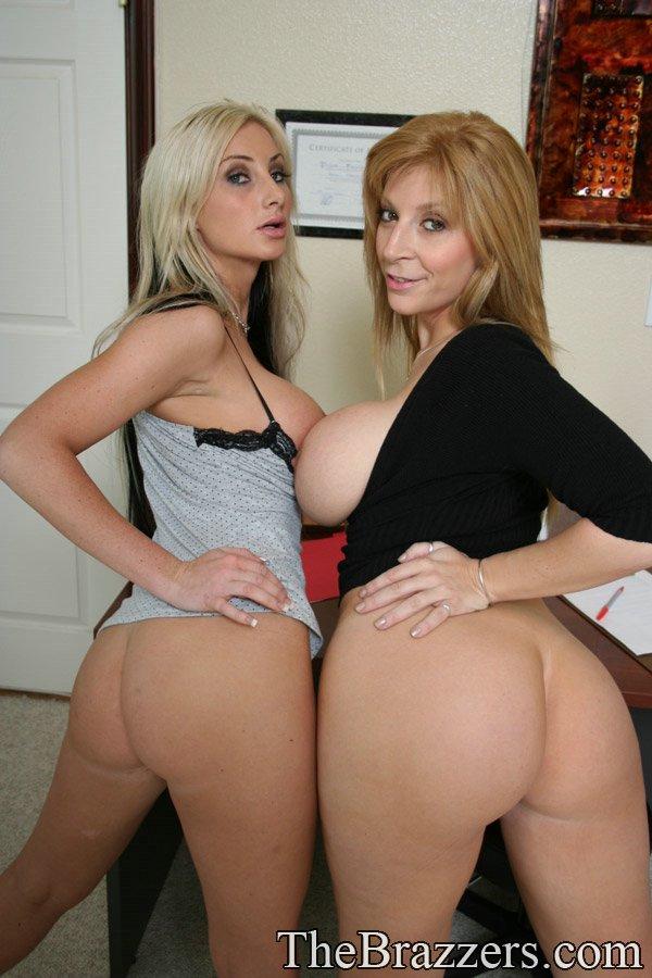 Грудастые лесбиянки Sara и Riley трутся телами в офисе - секс порно фото