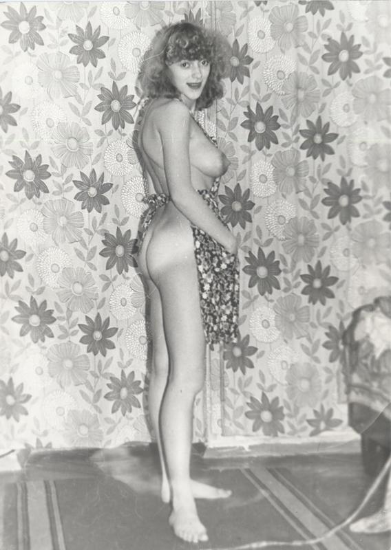 Ретро снимки голой особы на фоне шторы - секс порно фото