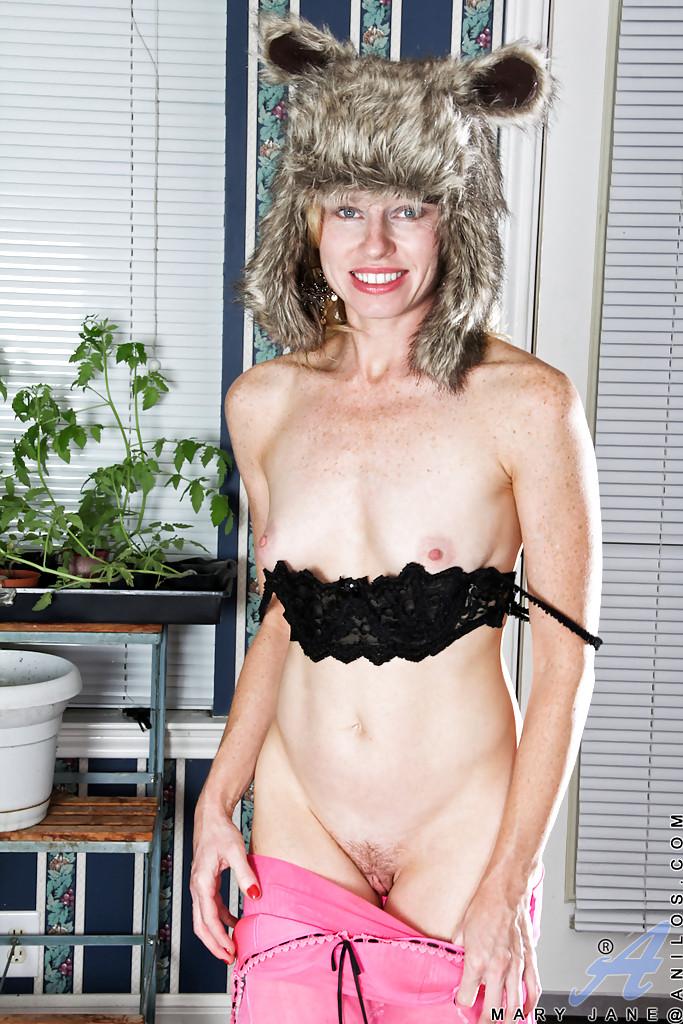 Худая зрелка снимает меха и дрочит бананом бритую киску - секс порно фото