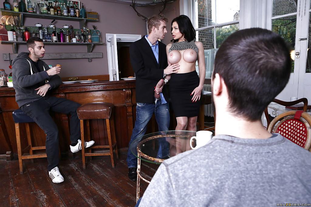 Грудастая мамочка отсосала длинный фаллос в баре - секс порно фото