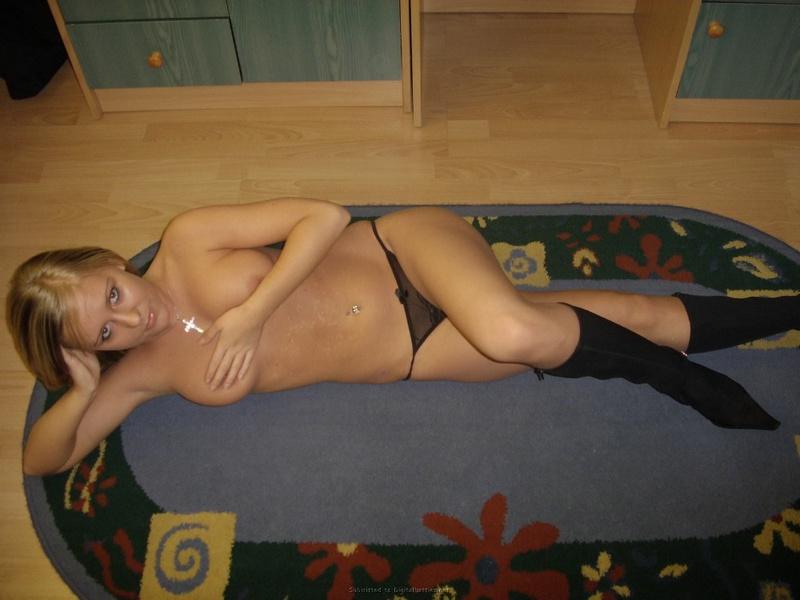 Парень фотографирует соседскую красотку в трусиках и сапожках - секс порно фото