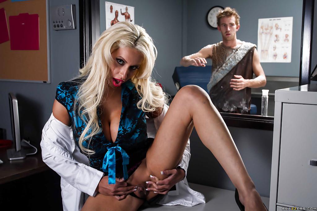 Татуированный мужик ебёт в анал докторшу Holly Brooks - секс порно фото