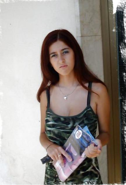 Пошлые снимки русской брюнетки с большими грудями в номере отеля - секс порно фото