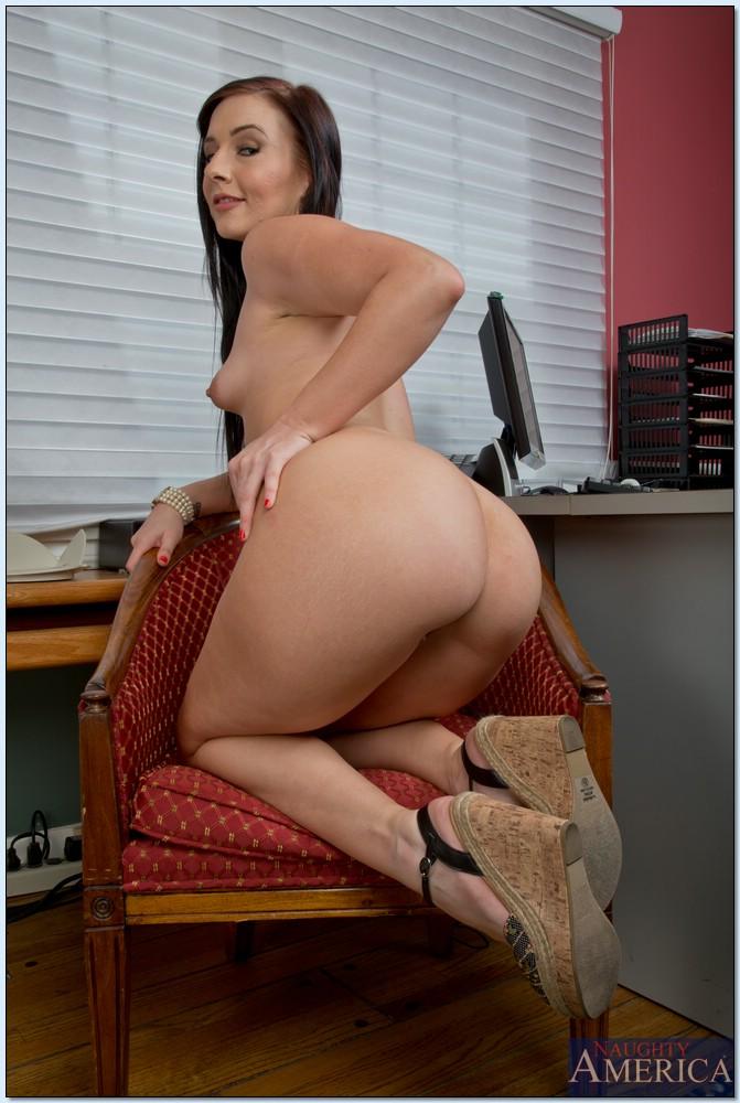30 летняя секретарша Ashli Orion раздевается в офисе - секс порно фото