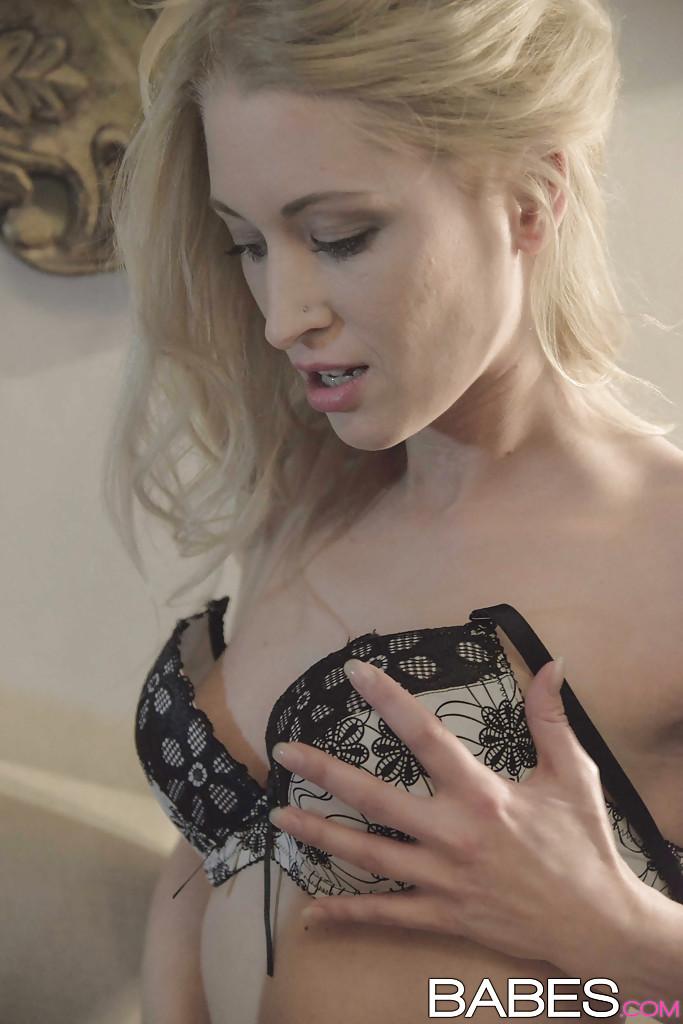 Пара блондинок Uma Sex и Victoria Puppy трахаются с парнем на диване - секс порно фото