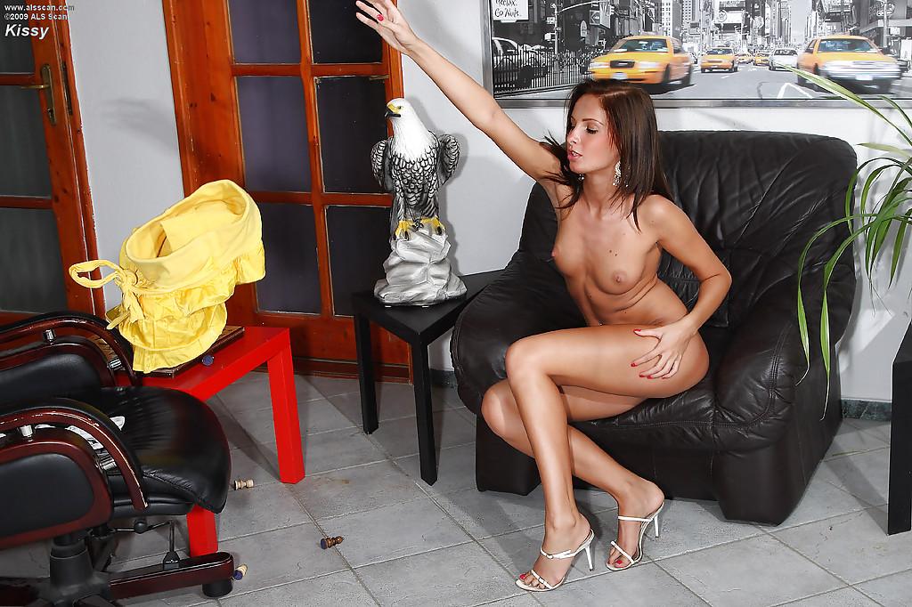 Сексуальная оторва раздевается и мастурбирует фистингом у кресла - секс порно фото