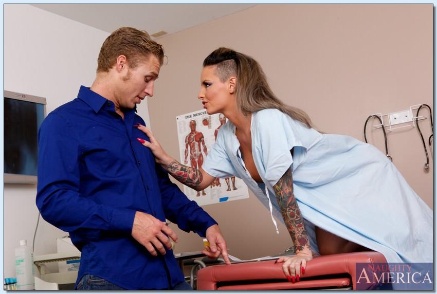 Татуированная медсестра Christy Mack соблазнила пациента потрахаться - секс порно фото