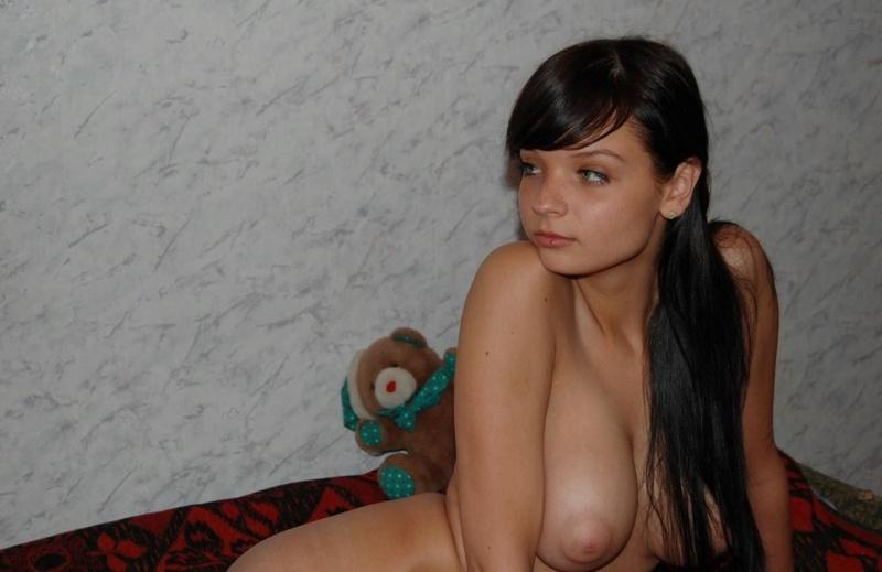 Темноволосая девица хвастается большими сиськами - секс порно фото