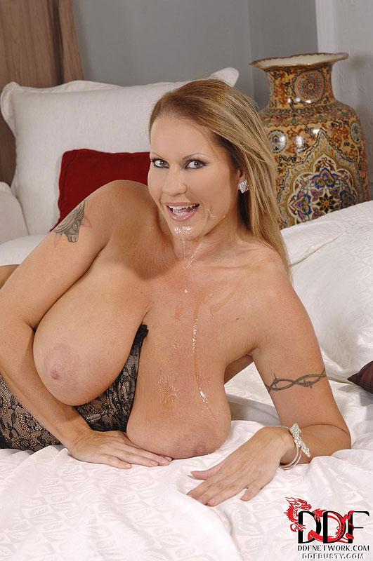Блондинка с обвисшими грудями дрочит член сиськами и ебется в чулках - секс порно фото