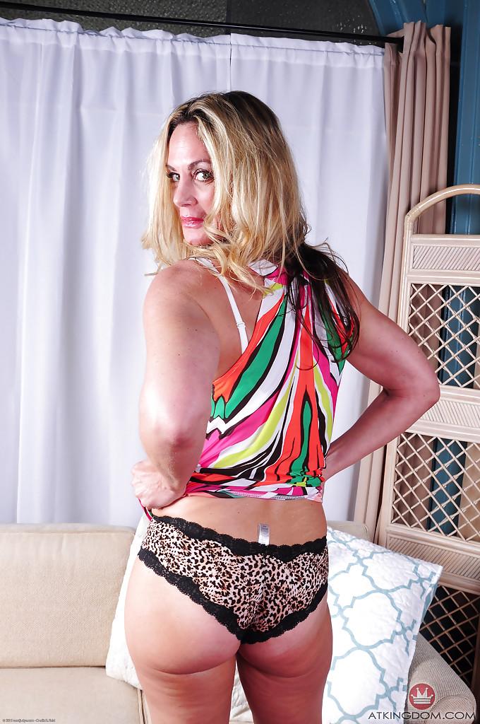 Зрелая блондинка Sydney раздевшись лежит голая на диване - секс порно фото