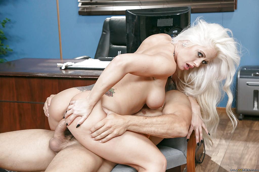 Шеф трахает грудастую секретаршу Holly Heart после совещания - секс порно фото