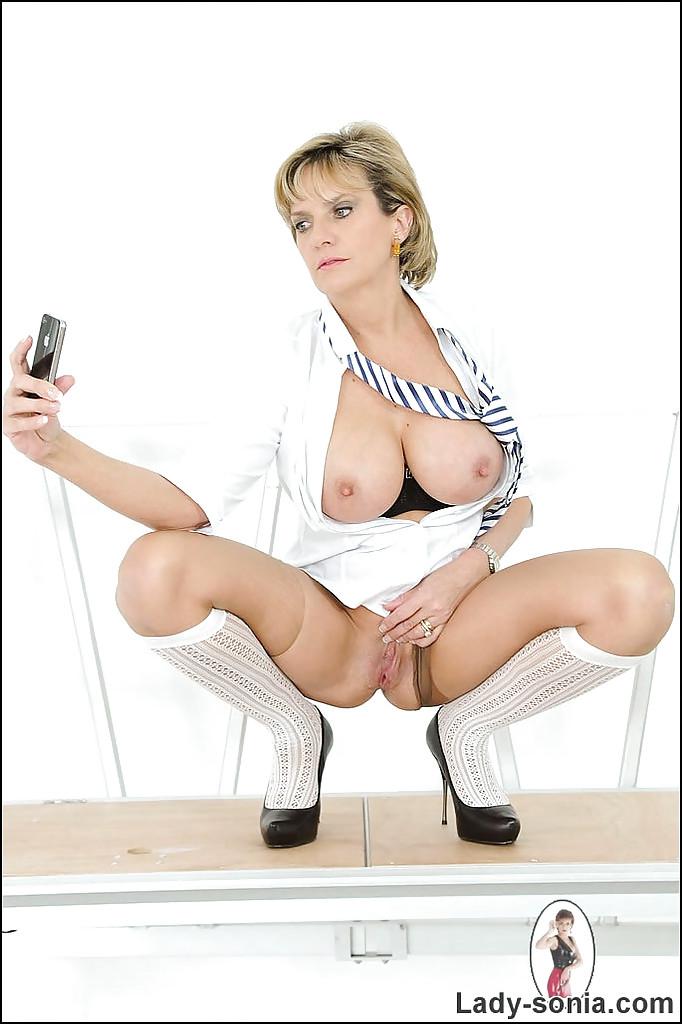 Зрелая особа фотографирует свою мастурбацию на телефон - секс порно фото