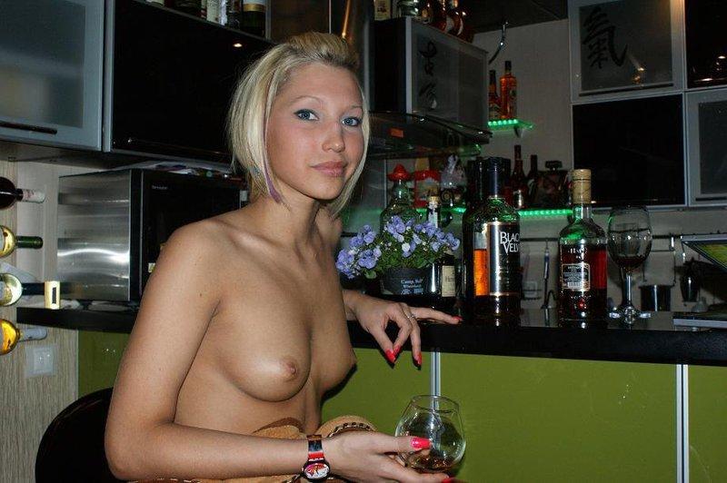Сексуальная блондинка разгуливает по дому в одних чулках - секс порно фото