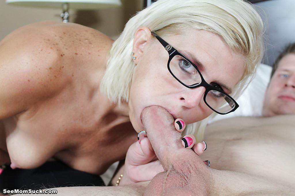 Озабоченная особа отсасывает парню член возле спящей подружки - секс порно фото