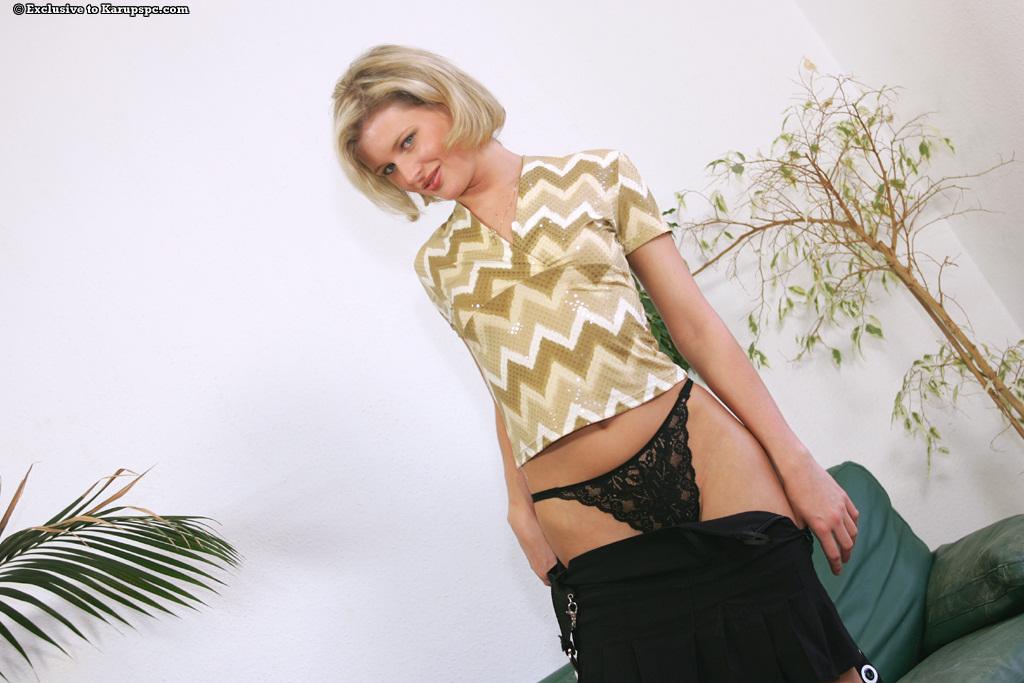 Длинноногая блондинка Laura раздевается на зелёном диване - секс порно фото