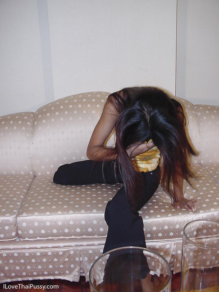 Красивая азиатка раздевается и мастурбирует на розовом диване - секс порно фото